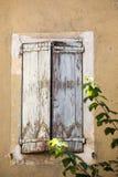 Старый каменный дом с деревянными шторками, Провансаль, стоковое фото rf