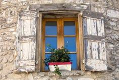 Старый каменный дом с деревянными шторками, Провансаль, стоковое изображение rf