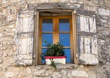 Старый каменный дом с деревянными шторками, Провансаль стоковое фото rf