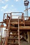 Старый каменный задавливая завод Мельница гравия Стоковое Изображение RF