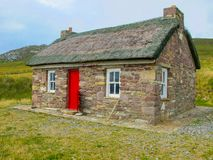Старый каменный коттедж, остров Achill, Mayo, Ирландия стоковые фотографии rf