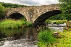 Старый каменный мост над рекой Dee, Уэльсом Стоковое фото RF