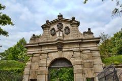 Старый каменный свод над стробами к парку в Праге Стоковые Фото