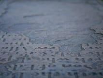 Старый каменный сляб с высекаенной литерностью стоковые изображения rf