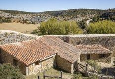 Старый камень сделал дома против стены в городке Calatanazor, Сории, Испании стоковая фотография rf