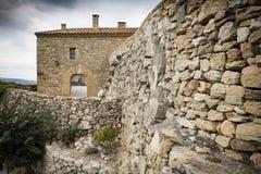 Старый камень сделал дом в городке Culla, провинции Maestrazgo альта ³ n CastellÃ, Испании стоковые фото