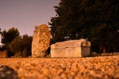 Старый камень усыпальницы в salona Хорватии ночи Стоковые Изображения RF