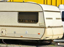 Старый караван в месте для стоянки Стоковые Фотографии RF