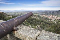 Старый карамболь на каменной стене в деревне Monsanto, муниципалитете Idanha--Новы, Португалии стоковые фотографии rf