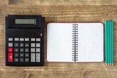Старый калькулятор и пустая тетрадь Стоковая Фотография
