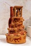 Старый керамический сосуд в форме архитектурноакустической структуры, культура Moche стоковое фото rf