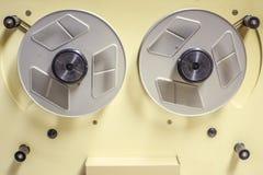 Старый киносъемочный аппарат на кинотеатре стоковые изображения