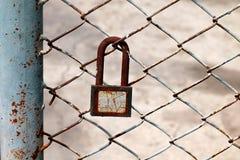 Старый ключевой замок на загородке металла Стоковая Фотография RF