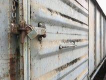 Старый ключевой замок на ржавом контейнере перевозки Стоковые Фото
