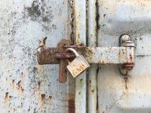 Старый ключевой замок на ржавом контейнере перевозки Стоковое фото RF