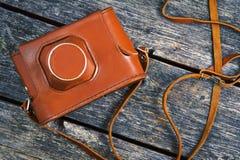 Старый кожаный случай от камеры на деревянной предпосылке Стоковые Фотографии RF