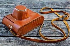Старый кожаный случай от камеры на деревянной предпосылке Стоковые Изображения