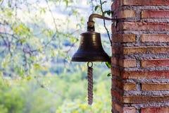 Старый колокол в столбце кирпича стоковые фото