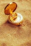 Старый компас в сухом песке пустыни, съемке макроса Стоковая Фотография RF