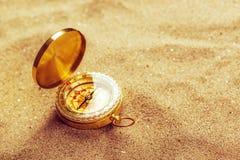 Старый компас в сухом песке пустыни, съемке макроса Стоковое фото RF