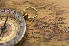 Старый компас на винтажной карте с селективным фокусом на Венесуэле Стоковое Изображение