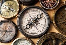 Старый компас на деревянном столе Стоковая Фотография