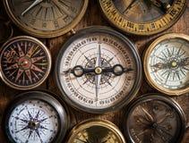 Старый компас на деревянном столе Стоковое Изображение RF