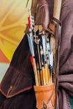 Старый комплект исторических деревянных стрелок с ярким оперением в кожаном колчане, предпосылкой Стоковое Изображение RF
