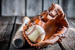Старый комплект для того чтобы сыграть бейсбол Стоковая Фотография