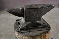 Старый конец-вверх наковальни кузнеца стоковое фото