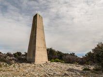 Старый конкретный триангулярный штендер на острове Cres стоковое фото