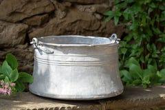 Старый контейнер воды металла в bakir контейнера воды сада традиционном болгарском медном Использованный для того чтобы принести  Стоковые Фотографии RF