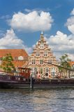 Старый корабль и исторический фасад в центре Лейдена Стоковое Фото
