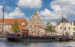 Старый корабль и исторический фасад в центре Лейдена Стоковые Фотографии RF