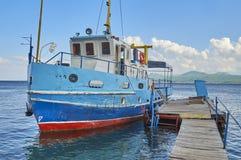 Старый корабль на деревянной пристани Стоковые Фото