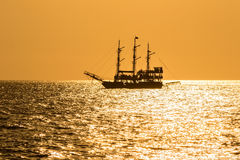 Старый корабль на заходе солнца Стоковая Фотография