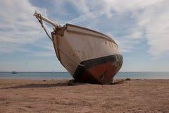 Старый корабль на пляже Стоковые Фотографии RF