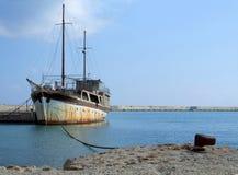 Старый корабль связанный вверх на гавани стоковые фото