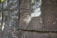 Старый коричневый grunge и ржавая стена металла с momentos и знаками Стоковые Изображения RF