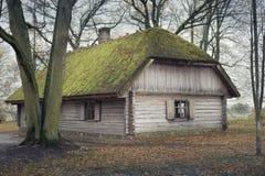 Старый коттедж, старый деревянный дом, с мхом Стоковое фото RF