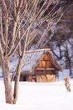 Старый коттедж в сезоне снежка Стоковая Фотография