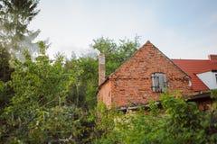 Старый коттедж кирпича в маленьком городе Стоковое Изображение