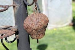 Старый колокол на природе как фон стоковое фото