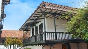 Старый колониальный дом с предпосылкой голубого неба Стоковое Изображение RF