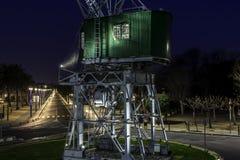 Старый кран на порте к ноча стоковое изображение rf