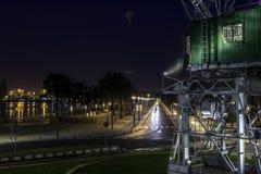 Старый кран на порте к ноча стоковые фотографии rf