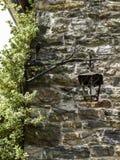Старый красивый выдержанный фонарик против каменной строя стены стоковое фото
