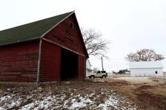 Старый красный амбар на ферме Иллинойса Стоковые Фотографии RF