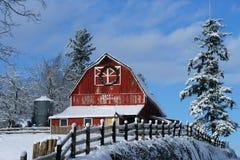 Старый красный ландшафт зимы амбара Стоковая Фотография RF