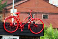 Старый красный велосипед как украшение на здании стоковые фото